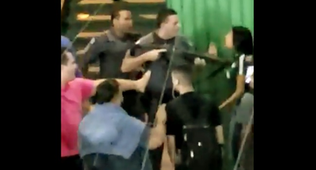 policial empurrou aluna com o cano da arma
