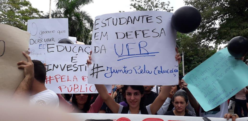 Estudantes e docentes da UFMT-ROO ocupam as ruas em protesto governo bolsonaro corte educação