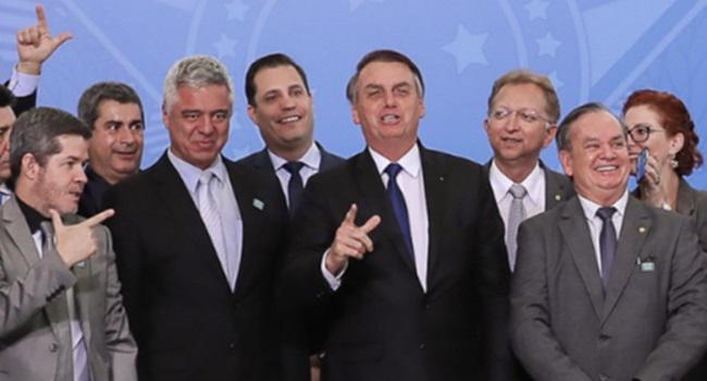 Bolsonaro recua e altera decreto sobre armas de fogo fuzil crianças
