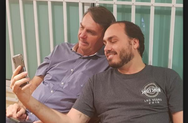 Carlos Bolsonaro estratégia pai