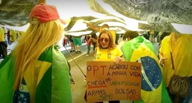 cartaz jovem loira internet elogiado Avenida Paulista