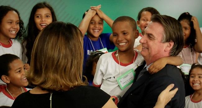 Jair Bolsonaro presente envenenado menores de idade posse armas de fogo clube de tiro