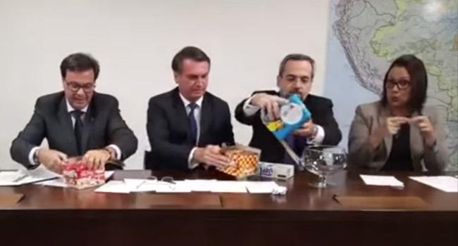 Ministro da Educação usa chocolates para explicar tesourada nas universidades