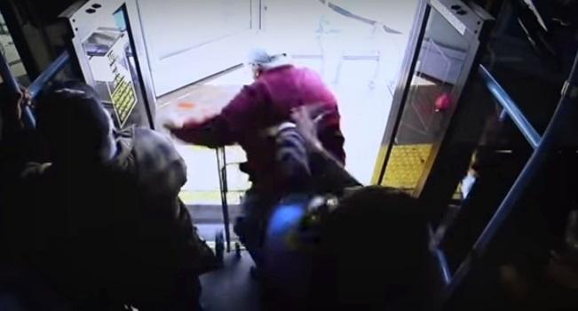 Cadesha Bishop Mulher empurra idoso ônibus EUA