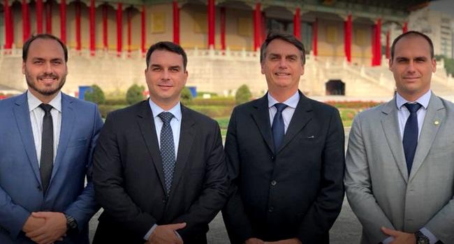 Família Bolsonaro empregou 17 parentes da ex-mulher do presidente