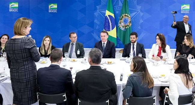 Jair Bolsonaro ganha Bíblia de presente de jornalista da Globo delis ortiz