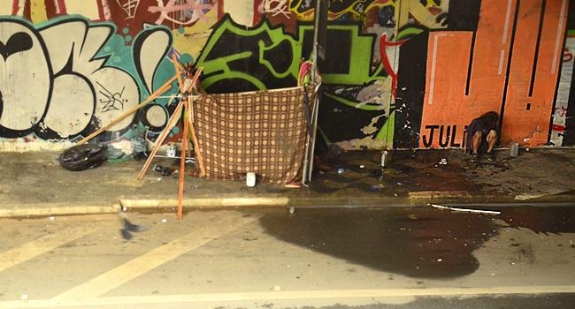 pessoa abandonada na rua máscaras morador de rua sem teto
