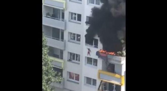 menino pula fogo apartamento frança