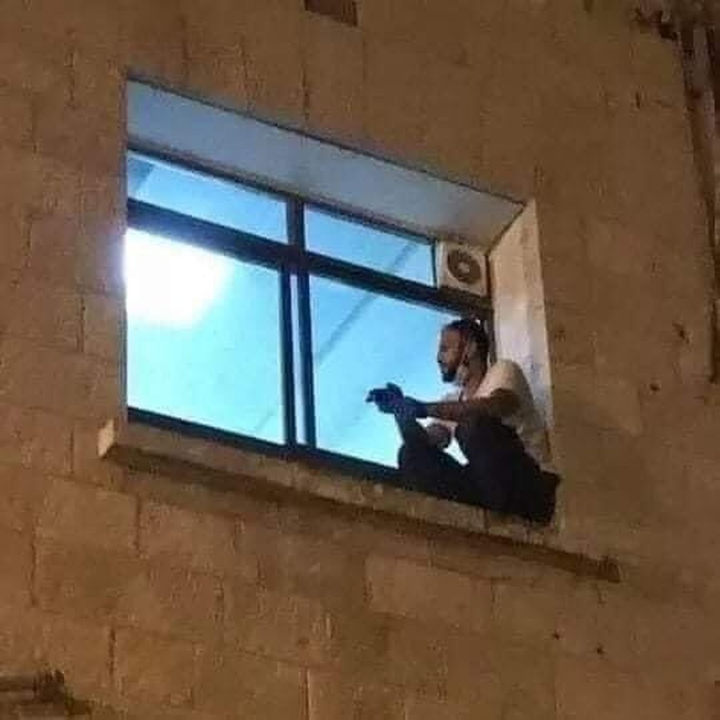 filho escala janela Jihad Al-Suwaiti