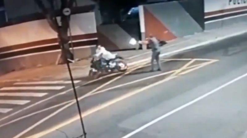 pm mata motociclista pelas costas