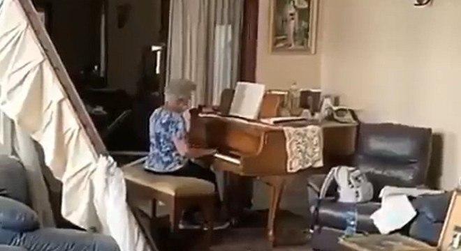 idosa toca piano apartamento beirute