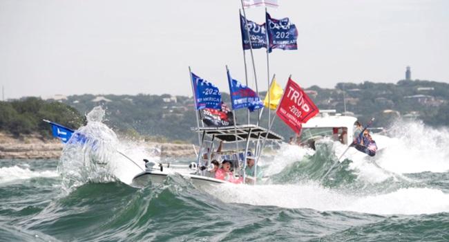 Barcos pró-Trump afundam comício Texas