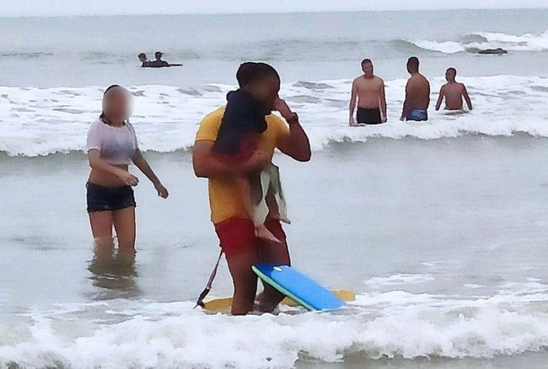 bombeiro salva criança mar