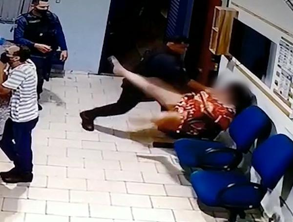 mulher espancada PM delegacia