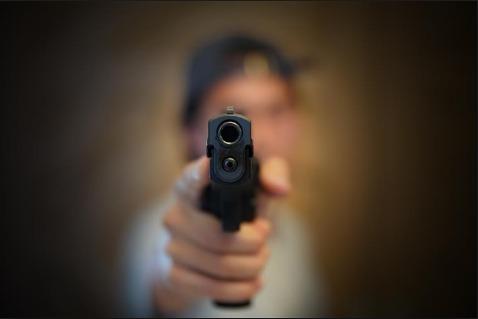criança arma de fogo