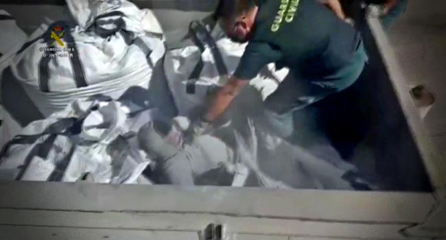 Imigrante encontrado escondido saco de lixo tóxico Espanha