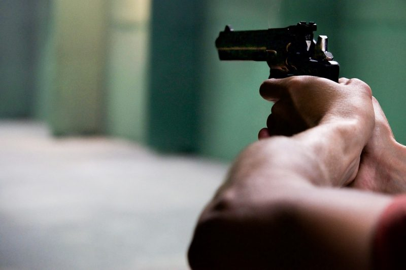 mulher 5 tiros na cabeça