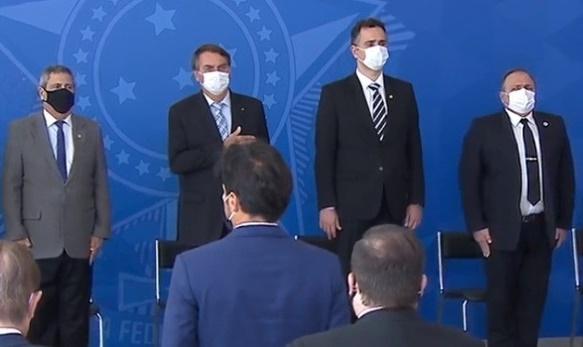 Bolsonaro e ministros voltam a usar máscaras