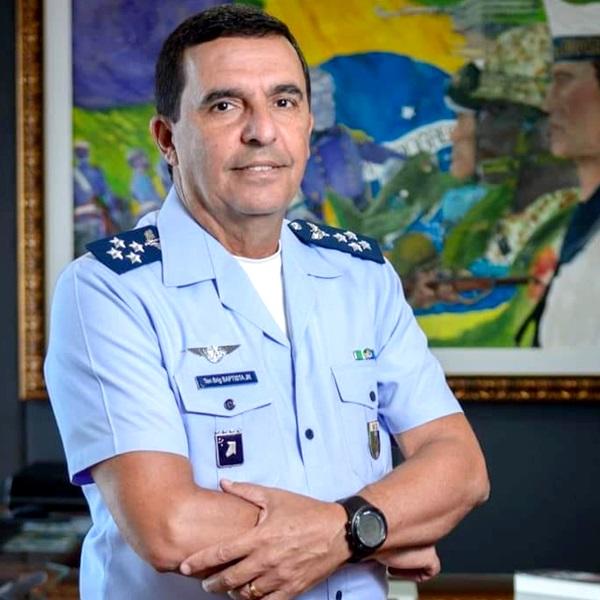 Novo comandante da Aeronáutica curte posts Marco Feliciano Flávio Bolsonaro