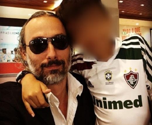 Rodrigo Pilha ao lado do filho