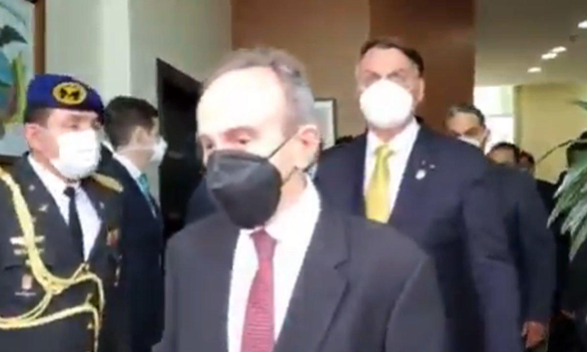 bolsonaro usa máscara equador