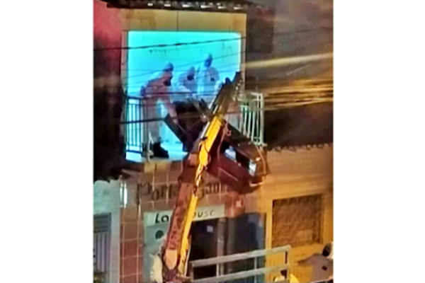 Corpo homem vítima Covid-19 retirado varanda apartamento