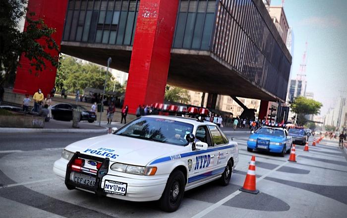 Fãs brasileiros da polícia de Nova York passam vergonha na imprensa internacional