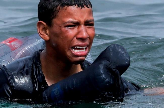 Imagens menino chorando praia Espanha percorrem mundo ceuta