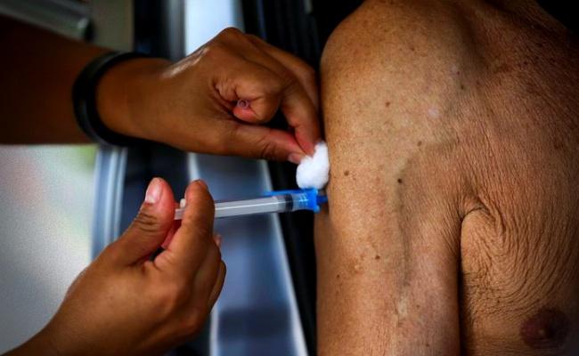 pessoas vacinadas contra covid-19 adoecem morrem