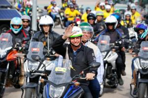 apoiadores-de-bolsonaro-sorteiam-ate-moto-para-inflar-passeio-com-o-presidente