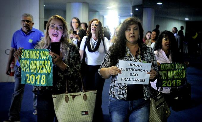 Voto impresso distritão partidos fracos democracia querem Brasil