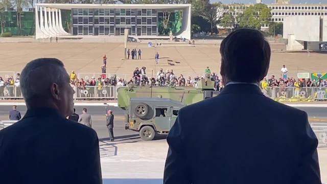 bolsonaro desfile blindados