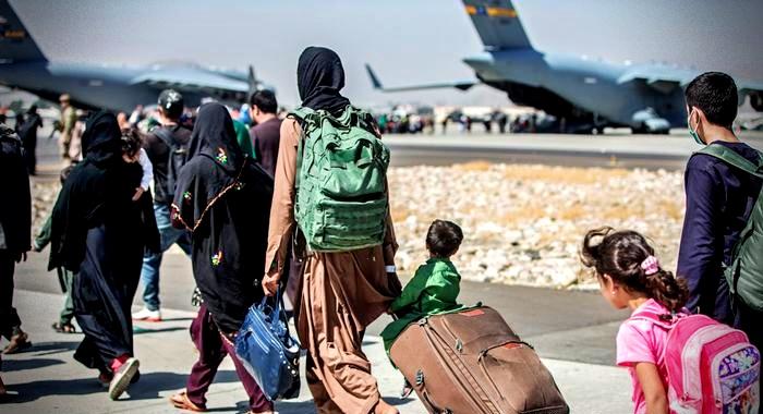 Resgatados de Cabul afegãos aguardam outros países
