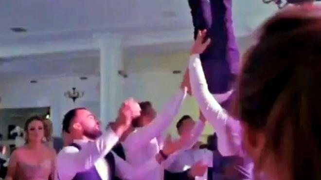 Noivo jogado alto amigos fratura coluna próprio casamento Romênia